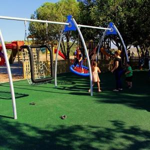 """מתנדנדים. הילדים וההורים נהנים ב-""""גן יעל"""""""