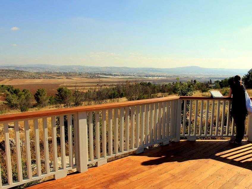 """הנוף המרהיב הנשקף מהמרפסת הפנורמית ב-""""גן יעל"""""""