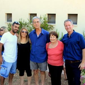 """מסופקים מהתוצאה. מימין: עובד נור, ג'יין ומשה הוריה של יעל וקנין ז""""ל ונציגי משפחת סמה"""