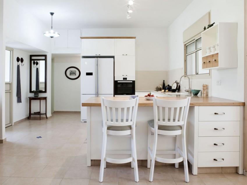 מטבח לבן, כסאות לבנים, אלומיניום אופ וייט, גופי תאורה מזכוכית חלבית, נגיעות עדינות של עץ, למה לא בעצם?