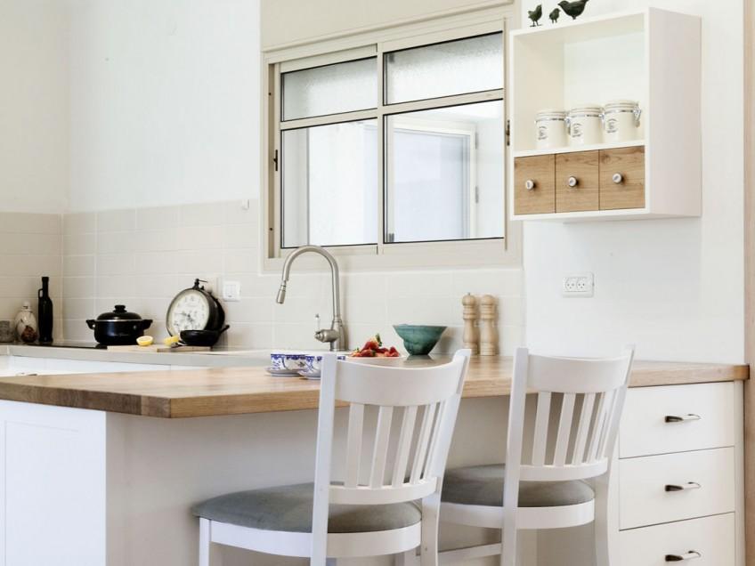 שילוב של אי במטבח מאפשר מקום ישיבה במקום הכי שווה בבית, ליד הטבח.