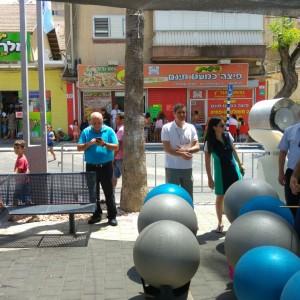 והיו גם משחקי ספורט עממיים . בתמונה מירון ראש העיר מתמוגג מהפעילויות