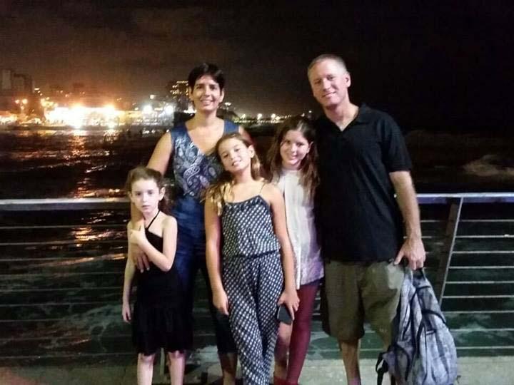 עובד נור עם אשתו דורית ובנותיו. באדיבות הפייסבוק עובד נור הרשמי