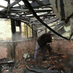 החוקרים בודקים את זירת השרפה. צילום: דוברות המשטרה