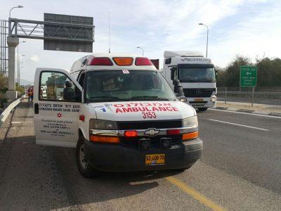 צומת משמר העמק: משאית פגעה בהולך רגל כבן 40 שנפצע באורח קשה