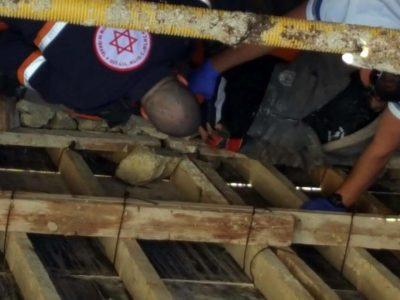 דרמה בנצרת עלית: קיר קרס על פועל באתר בנייה