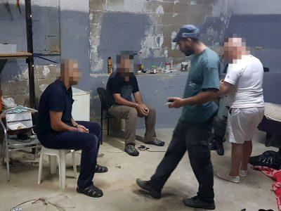 שוהה בלתי חוקי נמלט מחלון דירה ונתפס על גג בניין בנצרת עילית