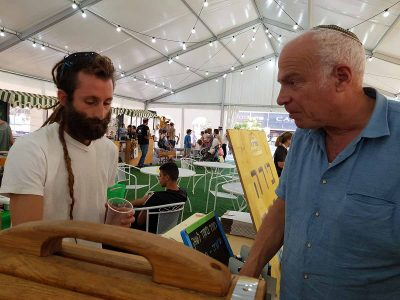 שר החקלאות ופיתוח הכפר בשוק האיכרים עמק המעיינות