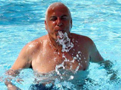 פיני גרשון מתרענן בבריכה בקיבוץ יפעת, אדיר דיין מדגמן קולקציית חתנים ועומרי הלוי עוזב הכל ויוצא למילואים. פלאש! – רכילות בעמק