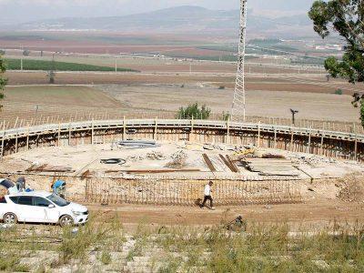 """בדרך לעקוף את 'אמפי' קיסריה: החלו העבודות לשיפוץ של אמפי """"המיקהל"""" למרגלות הגלבוע"""