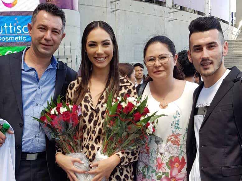 ניקול עם הוריה ובן זוגה סטאס חרסונסקי
