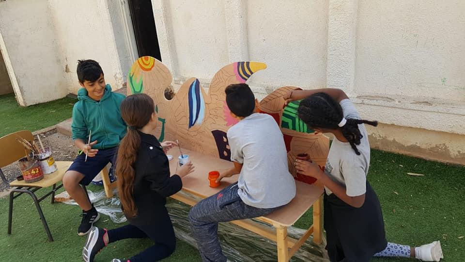 התלמידים מכינים ספסל ישיבה חדש
