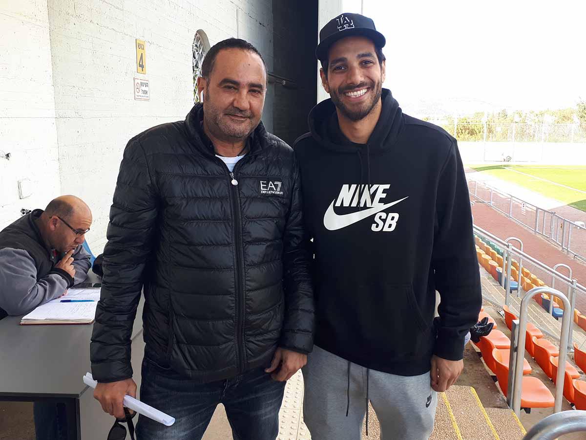 הכדורגלן דור מליחי ודובר הפועל עפולה בכדורגל יאיר גיסר מחייכים אל העולם.