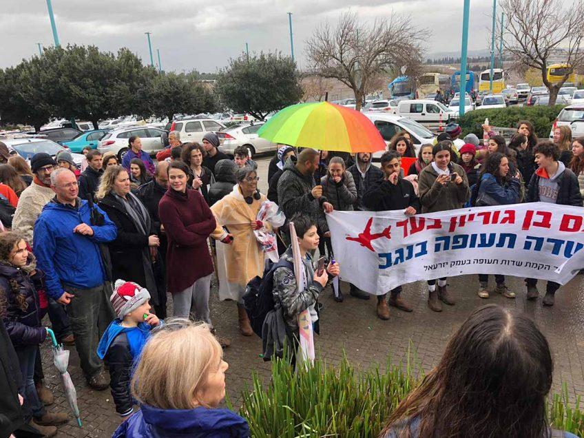 במהלך חנוכת כביש 77: הפגנה של תושבי העמק נגד הקמת נמל תעופה