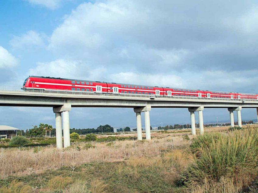 עמק יזרעאל: רכב שפרץ למפגש כביש מסילה נפגע מרכבת העמק