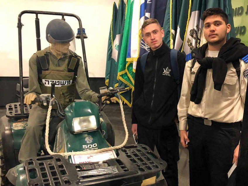 """ויצו ניר העמק: תלמידי המסלול ללימודי משטרה ביקרו במוזיאון מורשת מג""""ב"""