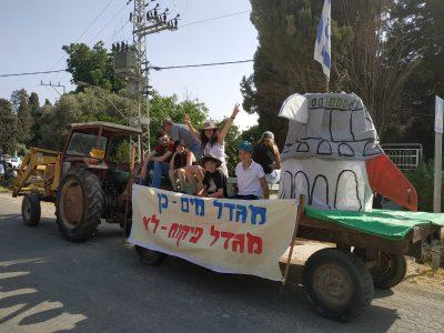 מאבק יצירתי בעמק יזרעאל: עשרות טרקטורונים יצרו צורת מטוס כמחאה נגד הקמת שדה התעופה