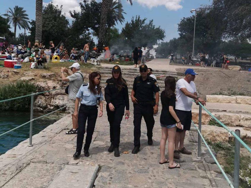על חם: שוטרים עצרו 4 חשודים שפרצו לרכב בסחנה