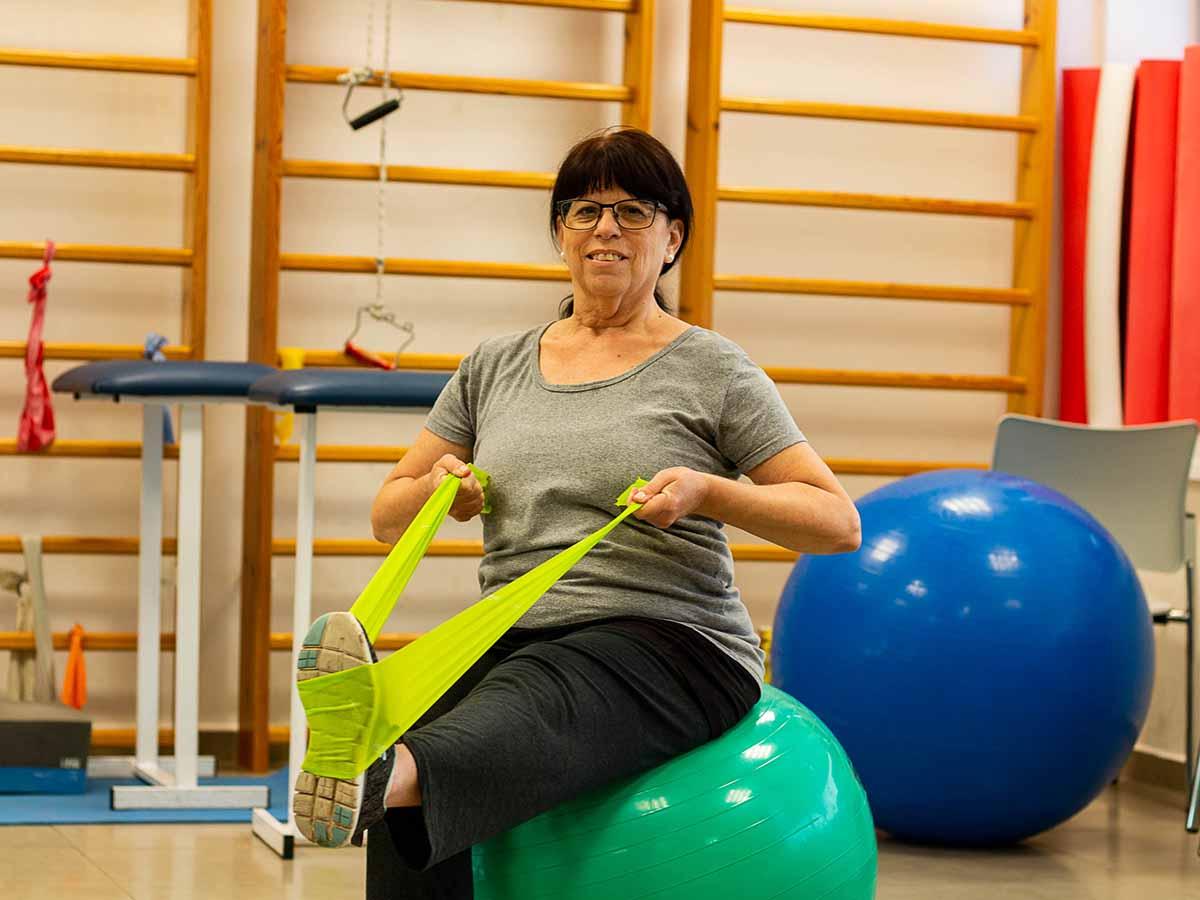 דניס פרי במהלך טיפול פיזיותרפי