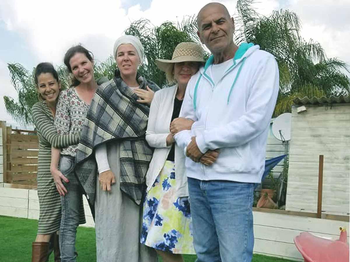 """אבי פילוסוף ז""""ל יחד עם בנותיו דורית, חנית, דנית וסיוון"""
